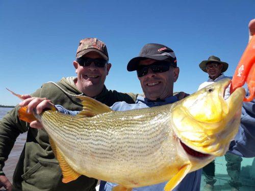 Martes de dorados!!!luis marcelo y pecho asi le dicen muchos buenos piques y algunos lindos dorados…tranquilo nomas,la que va!!!mañana seguimos a toda pesca..